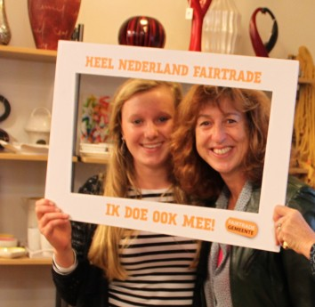 """Monique Witkamp (r) - slogan winnaar """"Wat goed is, komt van Fair!"""""""